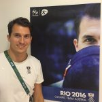 Rio Rene vor Plakat